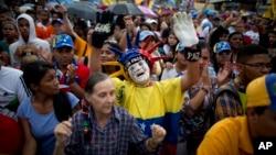 Entre banderas venezolanas y al ritmo de música tropical y canciones de protesta, cientos de opositores —en su mayoría jóvenes— se concentraron la noche del jueves en una avenida del este de la capital en el acto de cierre de campaña.