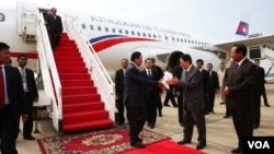 At the airport, Cambodian high ranking officials welcome back prime minister Hun Sen after his visit from France, Phnom Penh, Cambodia, October 28, 2015. (Photo: Hean Socheata/ VOA Khmer)