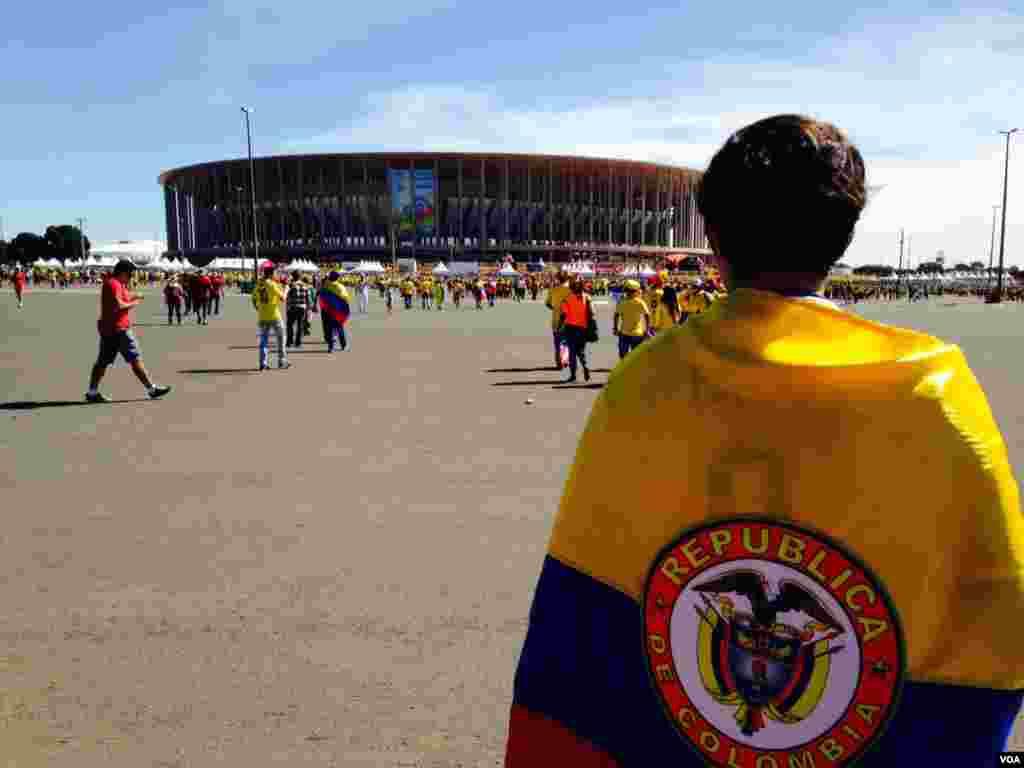 Kolumbiyalı azarkeşlər futbol stadionu yaxınlığında - 19 iyun, 2014