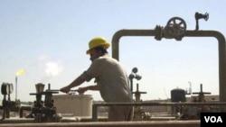 Seorang pekerja Irak memeriksa pipa minyak di Beije, barat daya Baghdad (foto: dok.)