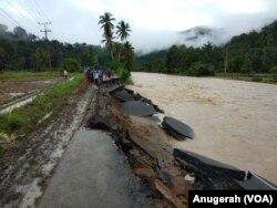Jalan amblas di Mandailing Natal akibat banjir. (Foto: VOA/Anugerah)