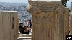 (资料图)游客在雅典卫城山上拍照