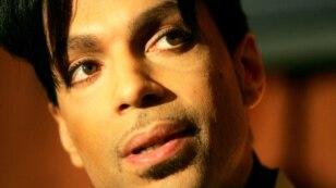 """Biểu tượng nhạc Pop Prince phát biểu trong một buổi họp báo về thỏa thuận thu âm giữa anh và Universal Records và đĩa đơn mới """"Te Amo Corazon"""", ở Beverly Hills, California, ngày 13 tháng 12 năm 2005."""