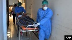 Simulasi penanganan pasien virus corona (COVID-19) di sebuah rumah sakit di Palu, Sulawesi Tengah, 4 Maret 2020. (Foto: AFP)