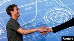 Mark Zuckerberg saluda a su llegada al congreso Mobile World en Barcelona.