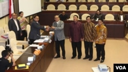 Wakil Ketua DPR RI Fadli Zon menyerahkan palu kepada pimpinan Komisi II DPR yang diketua oleh Rambe Kamaruzaman dari Fraksi Golkar, Rabu 29/10 (foto: VOA/Fathiyah).