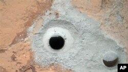 9일 큐리오시티가 화성 암석에 뚫은 구멍