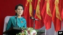 Pemimpin oposisi Burma, Aung San Suu Kyi memberikan pidatonya pada Kongres Liga Nasional untuk Demokrasi (NLD) di restoran Royal Rose, Rangun, Burma (9/3).