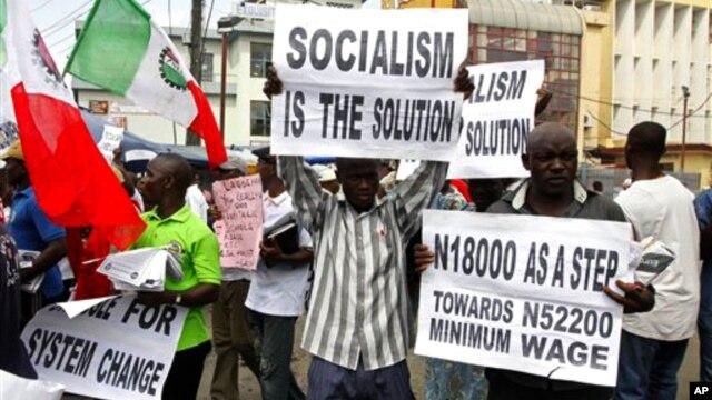 Membros do Sindicato do Comércio protestando contra a pobreza e a alto custo de vida na Nigéria (Arquivo)