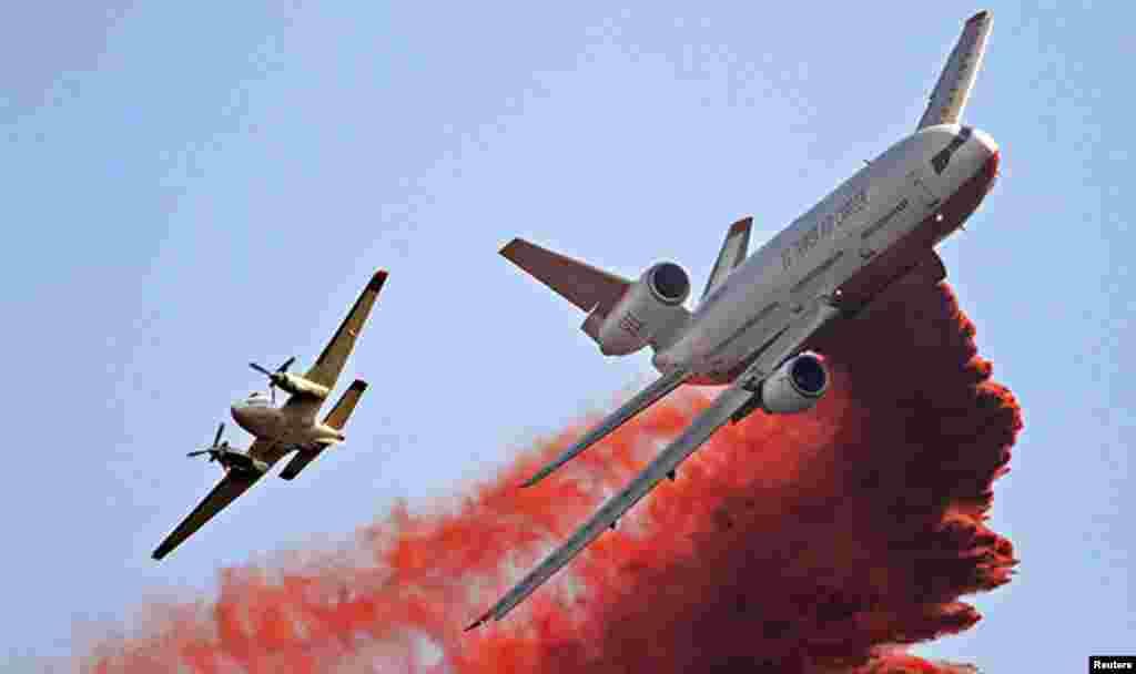 Aviones tanqueros esparcen retardante en Taylor Creek, estado de Washington, durante los incendios forestales de agosto.