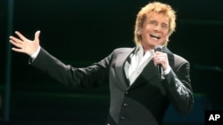 "Barry Manilow canta durante su gira ""One Last Time Tour 2016"" en el Giant Center en Hershey, Pennsylvania."