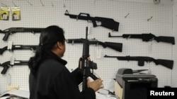 Một cửa hàng bán súng tại Burbank, California.