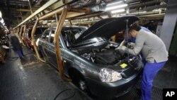 Một dây chuyền sản xuất ô tô ở Nga.