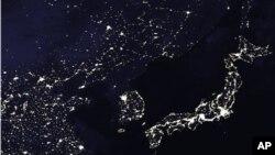 미 항공우주국 나사가 2005년 촬영한 한반도 위성사진. 밤 시간 북한과 한국의 뚜렷한 전기사용 차이를 볼 수 있다. (자료사진)