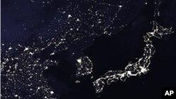 미 항공우주국 나사가 지난 2005년 위성으로 촬영한 한반도 주변의 밤 사진. 북한의 열악한 전력 사정을 보여준다.