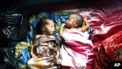 在索马里的无国界医生诊所里看护着的两个婴儿(2008年资料照)