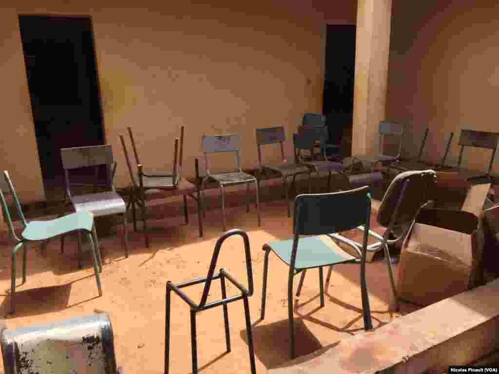 Des chaises devant servir au scrutin de dimanche 21 février à Niamey, entreposées à la mairie du 5e arrondissement communal. (VOA/Nicolas Pinault)