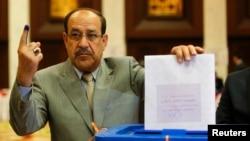 Perdana Menteri Irak Nuri al-Maliki mengikuti pemilu legislatif di salah satu TPS di Baghdad (30/4).
