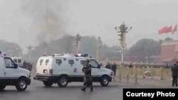 2013年10月28日,天安门一车辆撞金水桥栏杆爆炸起火,警方赶到现场 (微博图片)