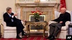 Ngoại trưởng Mỹ John Kerry gặp Tổng thống Afghanistan Hamid Karzai tại Kabul, ngày 25/3/2013.