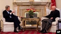 Secretario de Estado norte-americano John Kerry em audiência com o presidente afegão, Hamid Karzai em Cabul, 25-Mar-2013