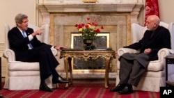 美國國務卿克里3月25日訪問阿富汗與總統卡爾扎伊會面。