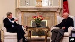 25일 아프간 카불의 대통령궁에서 하미드 카르자이 아프간 대통령(오른쪽)과 회동한 존 케리 미국 국무장관.