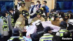 Un paciente es rescatado de un hospital incendiado en Miryang, Corea del Sur, el 26 de enero de 2018.