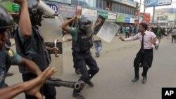 Polisi di Bangladesh menggunakan pentungan listrik dalam demonstrasi di Dhaka. (Foto: Ilustrasi)