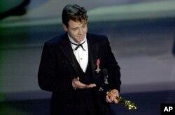 راسل کرو هنگام دریافت جایزه اسکار برای گلادیاتور