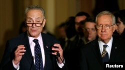 美國會參議院少數黨領袖里德(佑)和參議員舒默在國會山與記者交談為避免政府關閉的臨時開支法案。 (2016年9月27日)