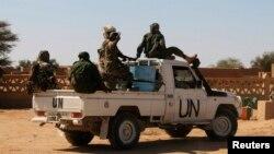 Des Casques bleus tchadiens patrouillent près d'Aguelhok, au Mali, le 24 janvier 2014.