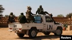 Pasukan penjaga perdamaian PBB melakukan patroli di Aguelhok, Mali (foto: dok). Tersangka militan menyerbu sebuah hotel yang dipakai Staf PBB di Mali tenga, Jumat (7/8).