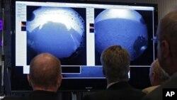 ناسا کے ماہرین مریخ سے موصول ہونے والی تصاویر کا جائزہ لے رہے ہیں۔