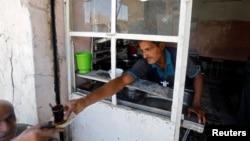 지난 7일 이라크 모술의 올드시티에서 한 카페에서 차를 나눠주고 있다. (자료사진)