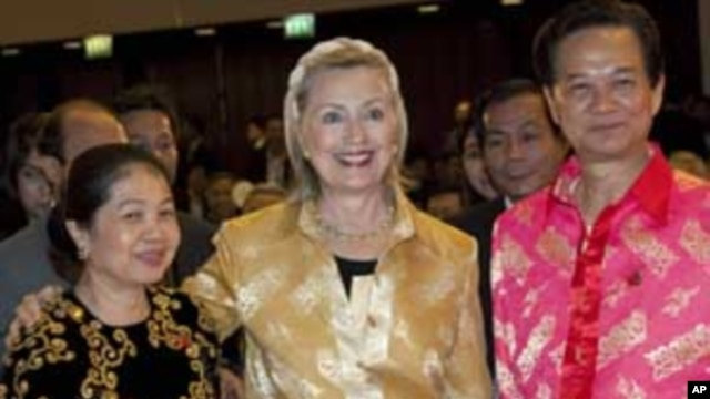 U.S. Secretary of State Hillary Rodham Clinton, center, poses with Vietnam Prime Minister Nguyen Tan Dung, right, and his wife Tran Thanh Kiem in Hanoi, Vietnam, Oct. 29, 2010