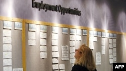 Một người tìm việc đang xem bảng tuyển nhân viên tại một văn phòng tìm việc ở thành phố Denver, bang Colorado