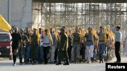 حزب اللہ کے ممبر غازیہ کی ایک شاہراہ پر مارچ کر رہے ہیں۔ فائل فوٹو