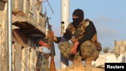 Un combatiente de Al Nusra vigila en la ciudad de Ariha.