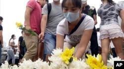 Cư dân đặt hoa tưởng niệm các nạn nhân vụ nổ tại Thiên Tân.