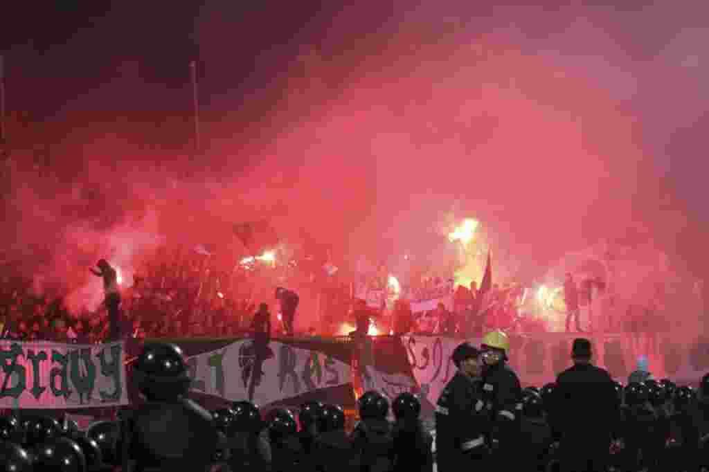 Polisi Mesir merespon kekacauan yang merebak di stadion sepakbola kota Port Said, Mesir (1/2) (REUTERS).