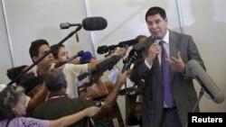 U.S. telecom Sprint Corp Chief Executive Marcelo Claure talks to the media in Havana, Cuba, Nov. 2, 2015.