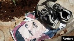 在叙利亚通往土耳其的过境点一双鞋放在阿萨德肖象上