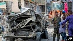 Somali paytaxtı Moqadişuda bomba hücumundan sonra təhlükəsizlik qüvvələri əraziyə nəzarət edir, 15 iyun, 2019.