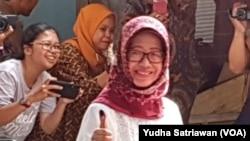 Sujatmi, ibunda Presiden Joko Widodo, saat menyalurkan hak pilih Pemilu 2019 di TPS 38 Manahan Solo, Rabu, 17 April 2019. (Foto: dok). Ibunda Jokowi meninggal dunia pada usia 77 tahun, Rabu, 25 Maret 2020.