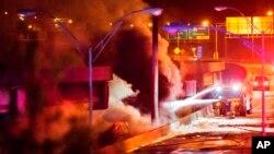 El humo sale de un paso elevado que se desplomó de un gran incendio en la Interestatal 85 en Atlanta, el jueves 30 de marzo de 2017. Los testigos dicen que los soldados estaban diciendo a los automóviles que se voltearan en el puente porque estaban preocupados por su integridad. Minutos después, el puente se derrumbó.