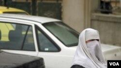 El informe menciona la ley francesa que prohíbe el uso de la burka en lugares públicos.
