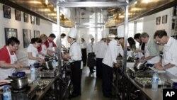 Di Amerika, bagi mereka yang ingin mendapat instruksi praktis, juru masak profesional menawarkan kursus mempersiapkan makanan (foto: dok).