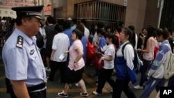 高考的考生们在大学入学考试的现场(资料照片)