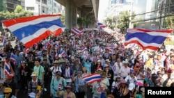 Para demonstran anti pemerintah menggelar aksi unjuk rasa di pusat kota Bangkok, 15 Januari 2014 (REUTERS/Chaiwat Subprasom).